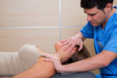 Cervicale uitrekkende therapie met therapeut in vrouwenhals Stock Foto