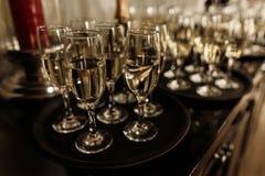 De champagne en de wijnglazen van het luxekristal op donkere houten backgro Stock Fotografie