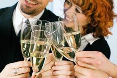 De champagneglazen van Clinking Royalty-vrije Stock Foto's