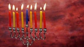 De Chanoeka schouwt op een rij allen Heldere, glanzende veelkleurige kaarsen voor de Joodse vakantie stock footage