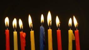 De Chanoeka schouwt op een rij allen Heldere, glanzende veelkleurige kaarsen voor de Joodse vakantie stock video