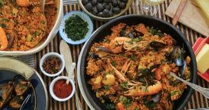 De chariot de dessus vue vers le bas d'une Paella espagnole de fruits de mer : moules, crevettes roses de roi, langoustine, aigle banque de vidéos