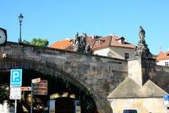De Charles-brug wordt gevestigd in Praag, Tsjechische Republiek Finishe Royalty-vrije Stock Foto's