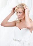 De charmante bruid zet tiara op haar hoofd Royalty-vrije Stock Foto's