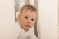 De charmante jongen van de 8 maand oude baby stock afbeeldingen