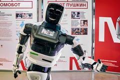 De charmante promotorrobot communiceert met bezoekers stock afbeeldingen
