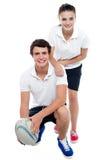 De charmante spelers van het voetbalteam in sportenkledij stock foto's
