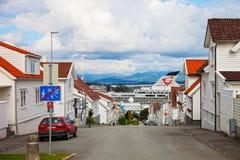 De charmante straat met een cruise verscheept op de achtergrond. Royalty-vrije Stock Foto's