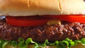 De cheeseburger draait dicht omhoog stock video