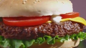 De cheeseburger draait dicht omhoog stock videobeelden