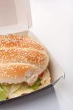 De cheeseburger in haalt doos weg stock foto