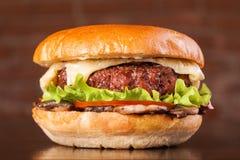 De cheeseburger van de hamburgerhamburger met paddestoelen Stock Afbeeldingen