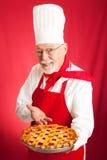 De chef-kok bakt de Pastei van de Kers Stock Foto's