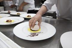 De chef-kok bereidt desserts met roomijs voor dinerpartij voor royalty-vrije stock afbeeldingen
