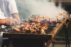 De chef-kok bereidt een barbecue voor Stock Foto's
