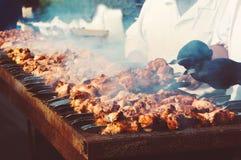 De chef-kok bereidt een barbecue voor Stock Fotografie