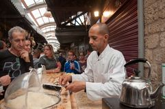 De chef-kok bereidt een dessert bij de markt in de stad van Akko in Israël voor Stock Foto