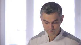 De chef-kok bereidt een Griekse salade in de keuken voor stock video