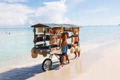 De chef-kok bereidt een reuzezeevruchtenpaella op strand Varadero dichtbij voor zonnebadend toeristen royalty-vrije stock foto's