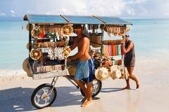 De chef-kok bereidt een reuzezeevruchtenpaella op strand Varadero dichtbij voor zonnebadend toeristen stock afbeelding