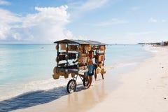 De chef-kok bereidt een reuzezeevruchtenpaella op strand Varadero dichtbij voor zonnebadend toeristen royalty-vrije stock afbeeldingen