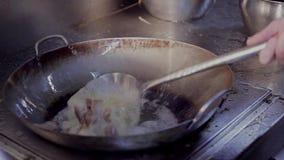 De chef-kok bereidt een schotel in een restaurantkeuken voor stock footage