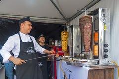 De chef-kok bereidt een Turkse donerkebab voor een klant voor, openlucht royalty-vrije stock afbeelding