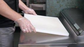 De chef-kok bereidt een werkplaats voor sushi voor Stock Foto