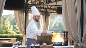 De chef-kok bereidt foiegras voor stock footage