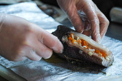 De chef-kok bereidt gebakken vissen voor Stock Foto