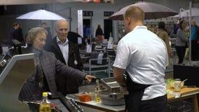 De chef-kok bereidt geroosterd vlees voor Demonstratie van de voordelen van de nieuwe moderne grill stock footage