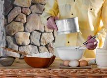 De chef-kok bereidt het deeg voor Stock Afbeeldingen