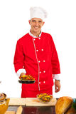 De chef-kok bereidt macaroni voor Stock Afbeeldingen