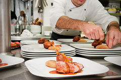 De chef-kok bereidt vlees voor Royalty-vrije Stock Foto