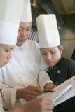 De chef-kok bespreekt Royalty-vrije Stock Fotografie