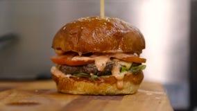 De chef-kok bouwt een hamburger stock videobeelden