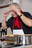 De chef-kok controleert het recept Stock Afbeeldingen