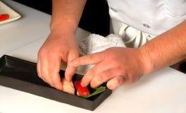 De chef-kok die van sushi tonijn en zalmsushinigiri maakt stock afbeelding