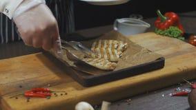 De chef-kok dient geroosterde Pijlinktvis met citroen stock footage