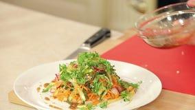 De chef-kok giet zich het Kleden in vers Gesneden stock video