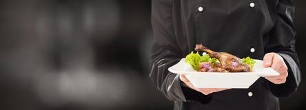 De chef-kok houdt perfect gemaakt diner royalty-vrije stock foto