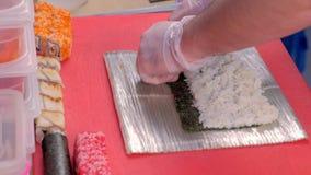 De chef-kok kookt broodjes, makend broodjesproces, recept Zet stijging op nori Het proces van spijkers stock videobeelden