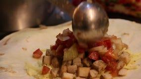 De chef-kok kookt Mexicaans voedsel in restaurant, koktaco's en quesadillas stock video
