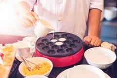 De chef-kok kookt op kom royalty-vrije stock foto's