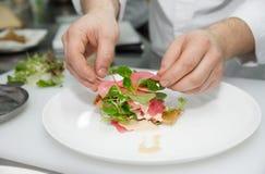 De chef-kok kookt voorgerecht royalty-vrije stock afbeelding