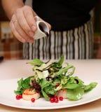 De chef-kok kookt voorgerecht met kammosselen royalty-vrije stock foto