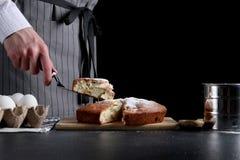 De chef-kok maakt cake Pastei het Maken receptenconcept op donkere achtergrond royalty-vrije stock afbeelding