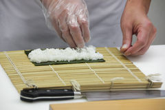 De chef-kok maakt Dunne broodjes (3) Royalty-vrije Stock Foto