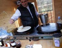 De chef-kok maakt dunne pannekoeken met eigengemaakt chutney, openlucht op een markt voor gezond voedsel Januari, 2016 in van Sof Royalty-vrije Stock Afbeelding