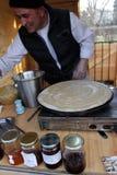 De chef-kok maakt dunne pannekoeken met eigengemaakt chutney, openlucht op een markt voor gezond voedsel Januari, 2016 in van Sof Royalty-vrije Stock Afbeeldingen